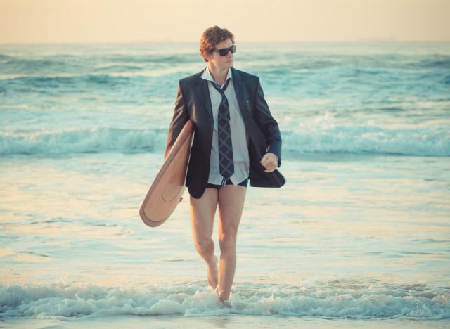 surfeur en costume