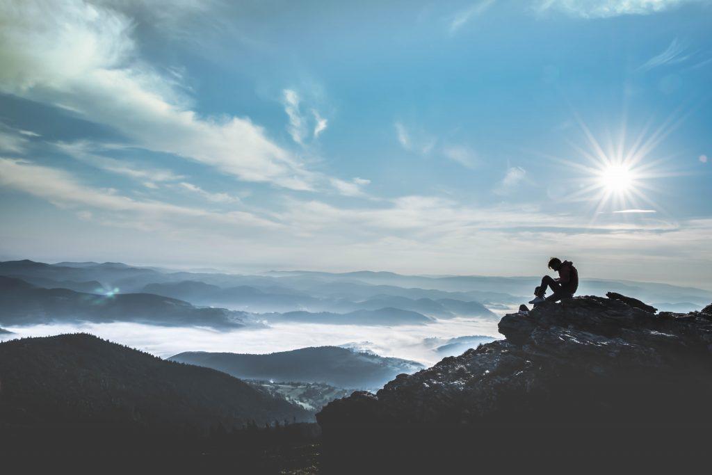 Vacancier en haut d'un sommet en Auvergne