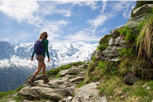 femme faisant de la randonnée en été en montagne